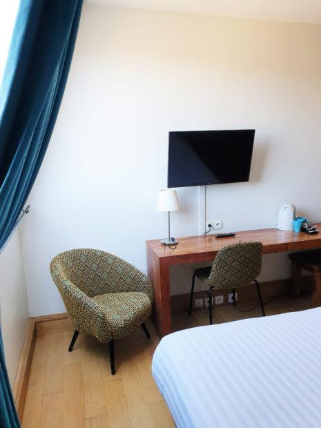 Chambre d'hôtel à Bordeaux. TV + Fauteuil Studios Communicants Victoria Garden